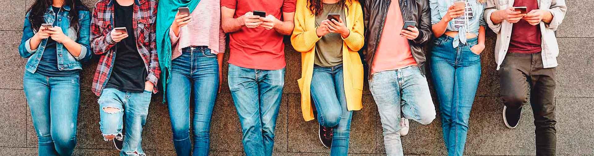 Estudiantes universitarios conectados